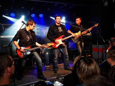 EVINTA_Weihnachtsfeier_Weihnachtsfeier mit Live-Band_Band auf der Bühne